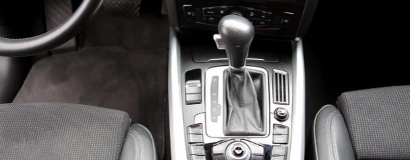 Sur un véhicule à boîte automatique, j'appuie sur le frein pour retirer la position P (Park)