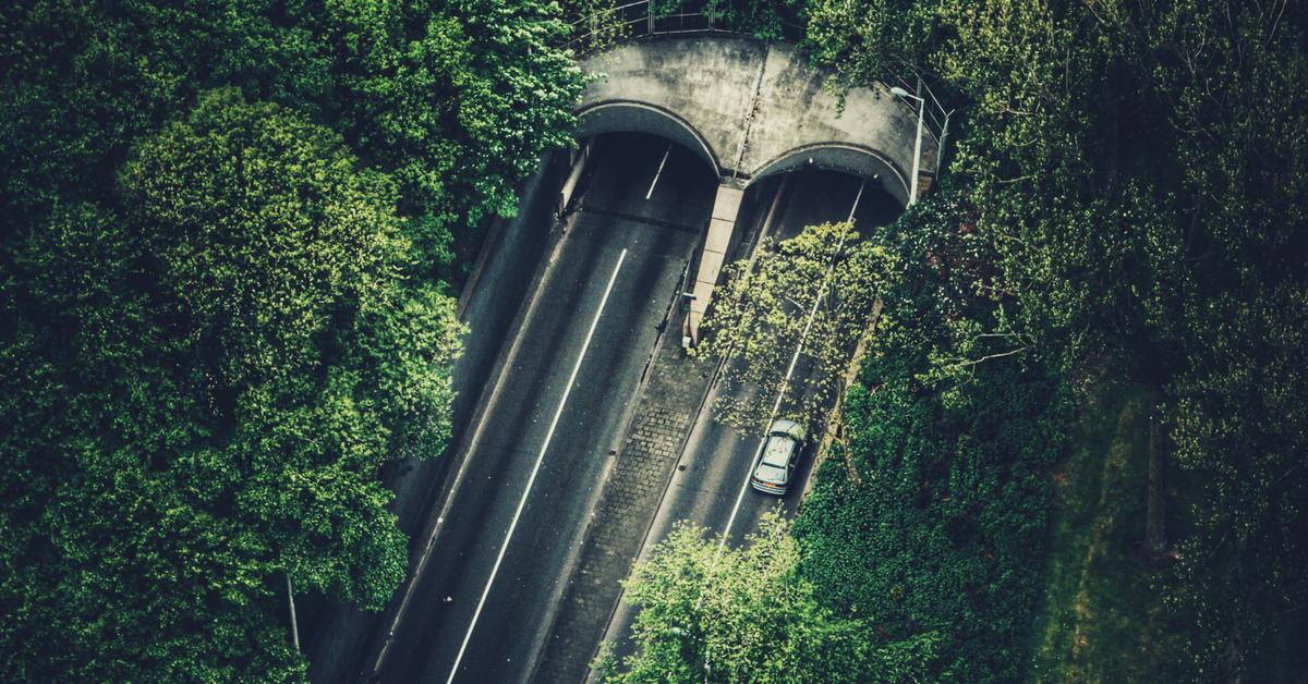 Prioritairement, avant de sortir du tunnel, pour éviter les risques d'éblouissement :