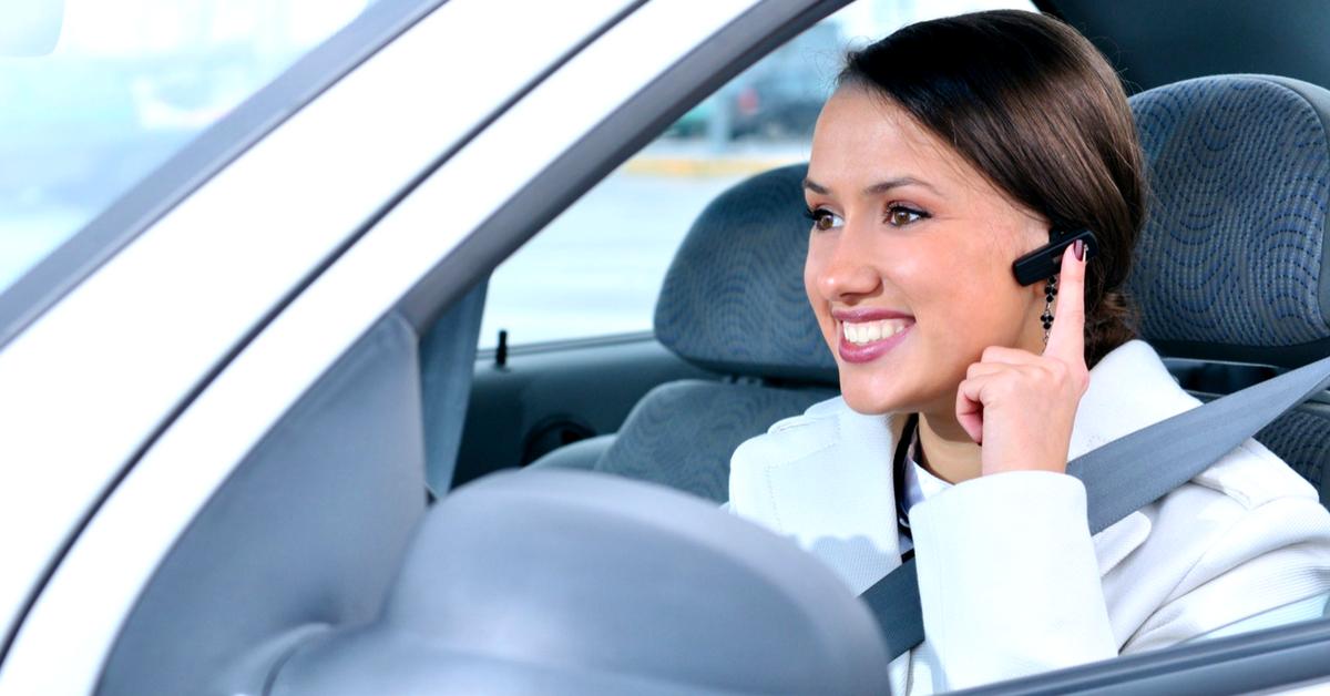 Je peux conduire en utilisant un kit main-libre de type oreillette :