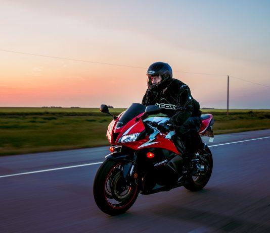 Homme qui chevauche une moto