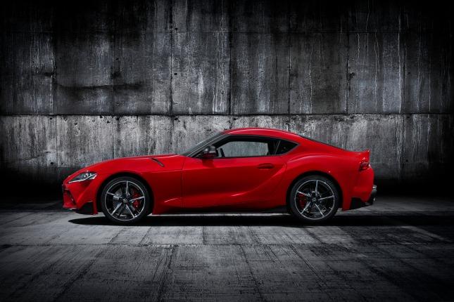 Toyota Supra rouge