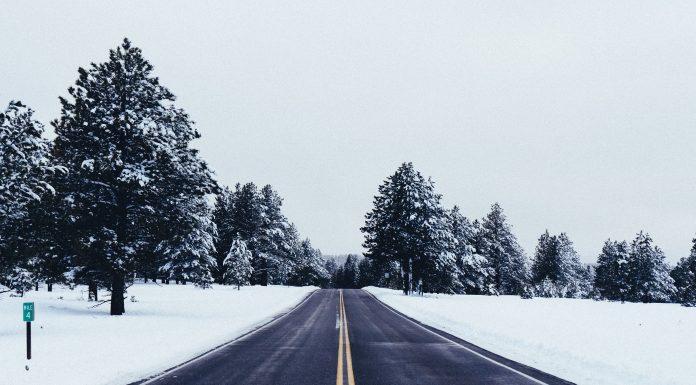 Route enneigée en hiver