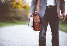 Homme avec livre à la main