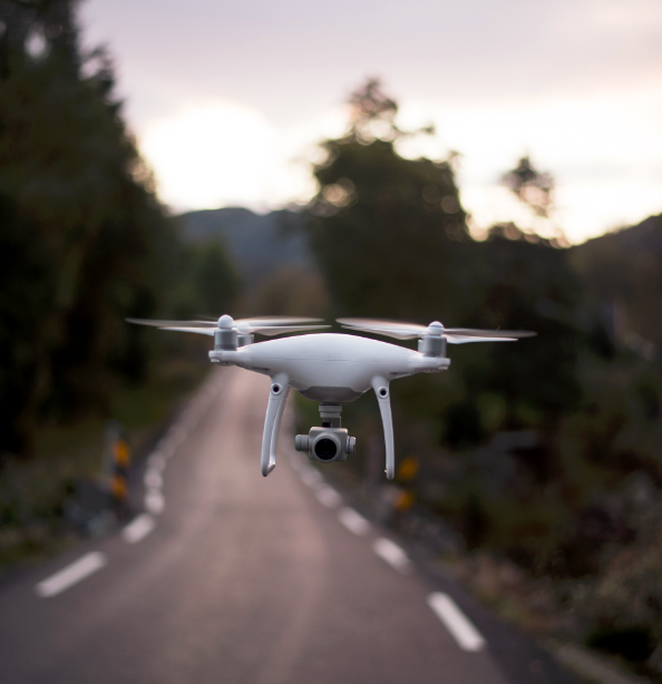 Drone qui survole une route