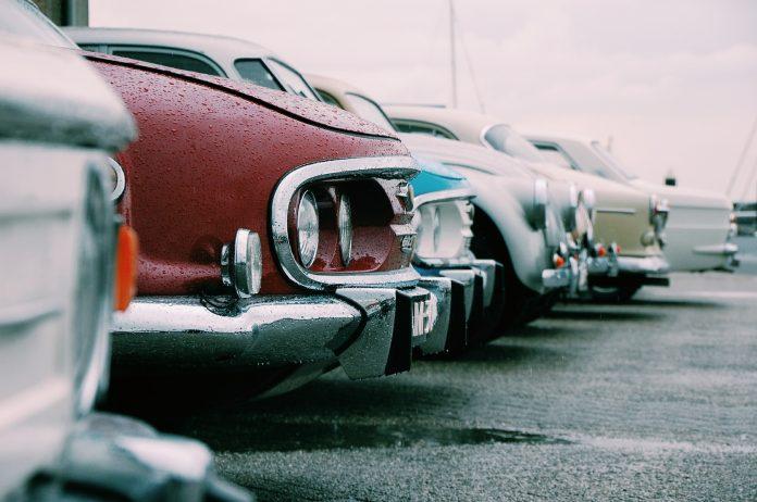 Voitures de collection sur un parking