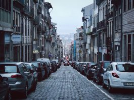Route pavée avec voitures garées