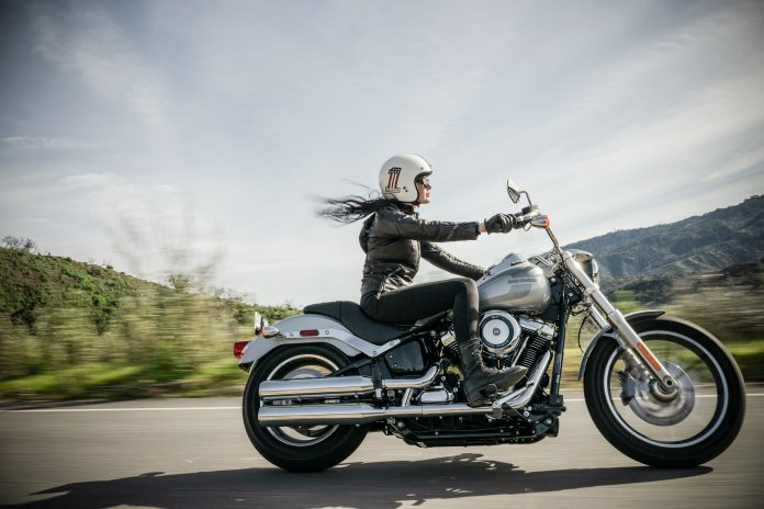 Femme à moto