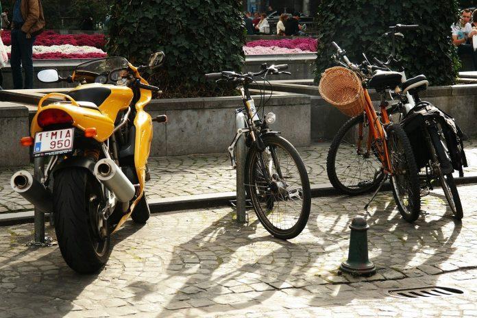 Motos et vélo garés
