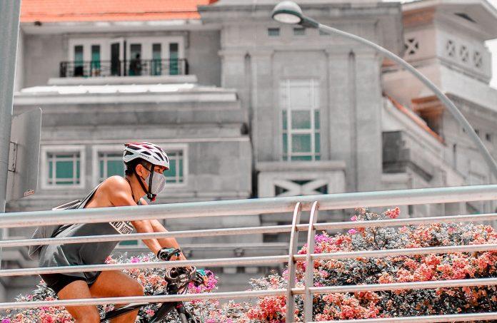 Cycliste masqué