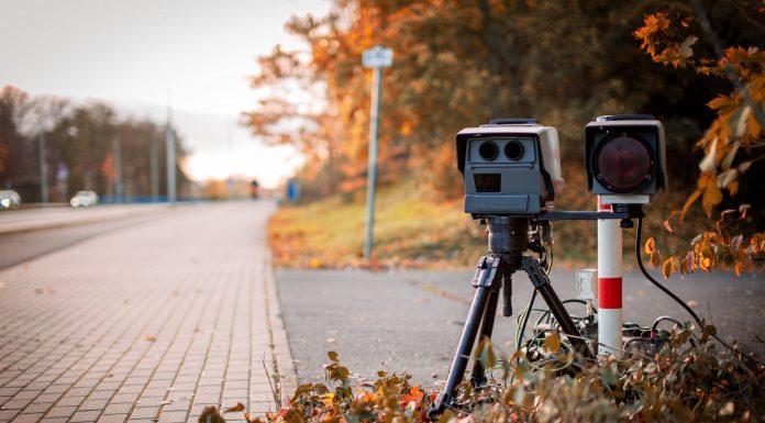 Radar mobile sur le côté de la route pour détecter les excès de vitesse