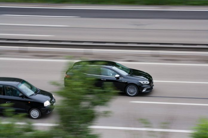 Deux voitures sur autoroute