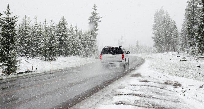 Voiture qui roule en hiver