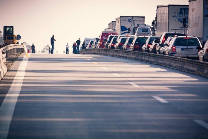 Autoroute avec file embouteillée