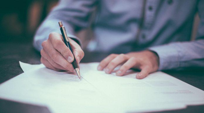 Personne qui signe un document