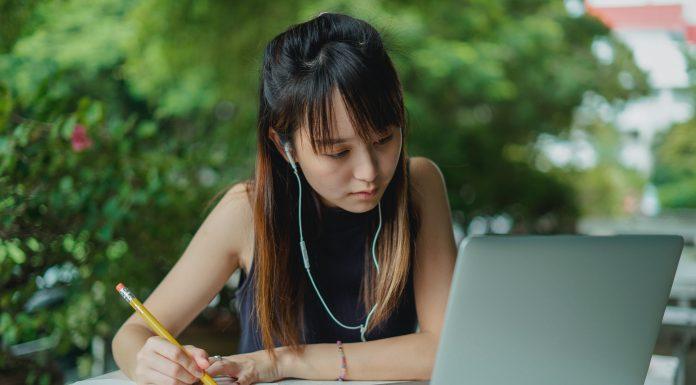 Jeune femme qui consulte son ordinateur