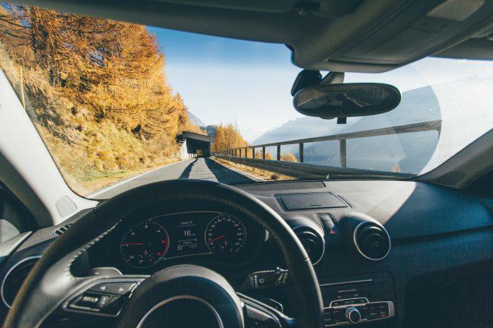 Route vue au volant d'une voiture