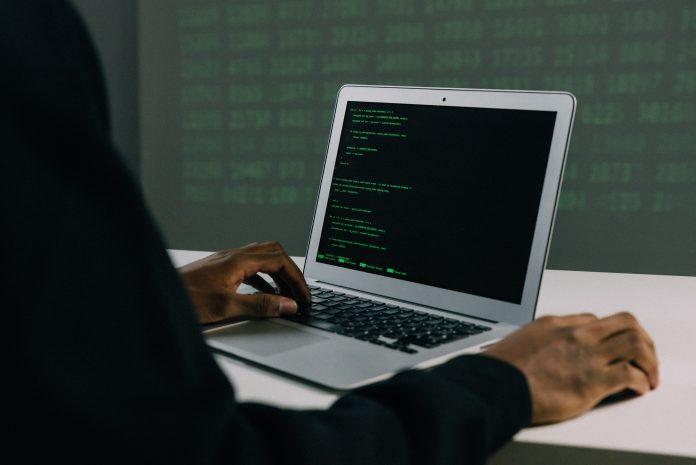 Hacker devant un ordinateur portable