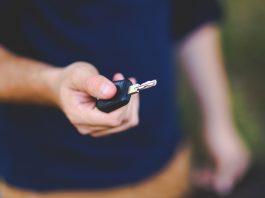Personne qui tend une clé de voiture