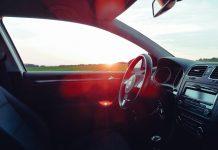 Intérieur de voiture ensoleillé