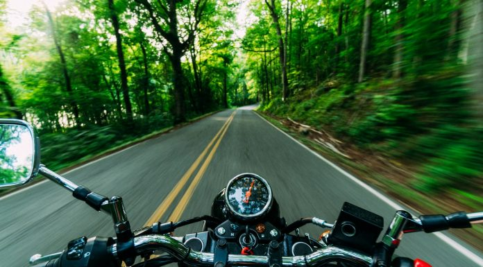 Vue de la route depuis une moto