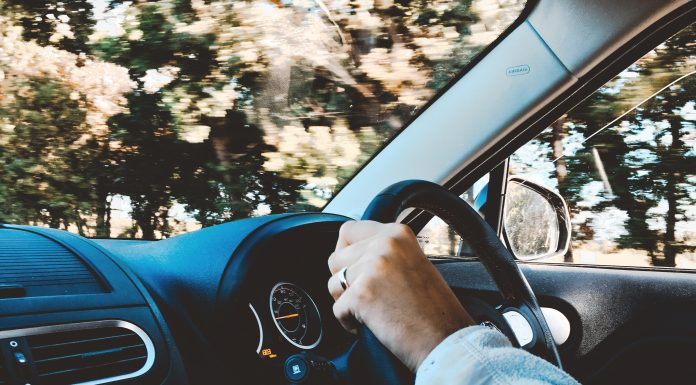 Personne au volant d'une voiture
